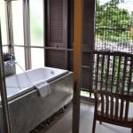 Une baignoire sur la terrasse