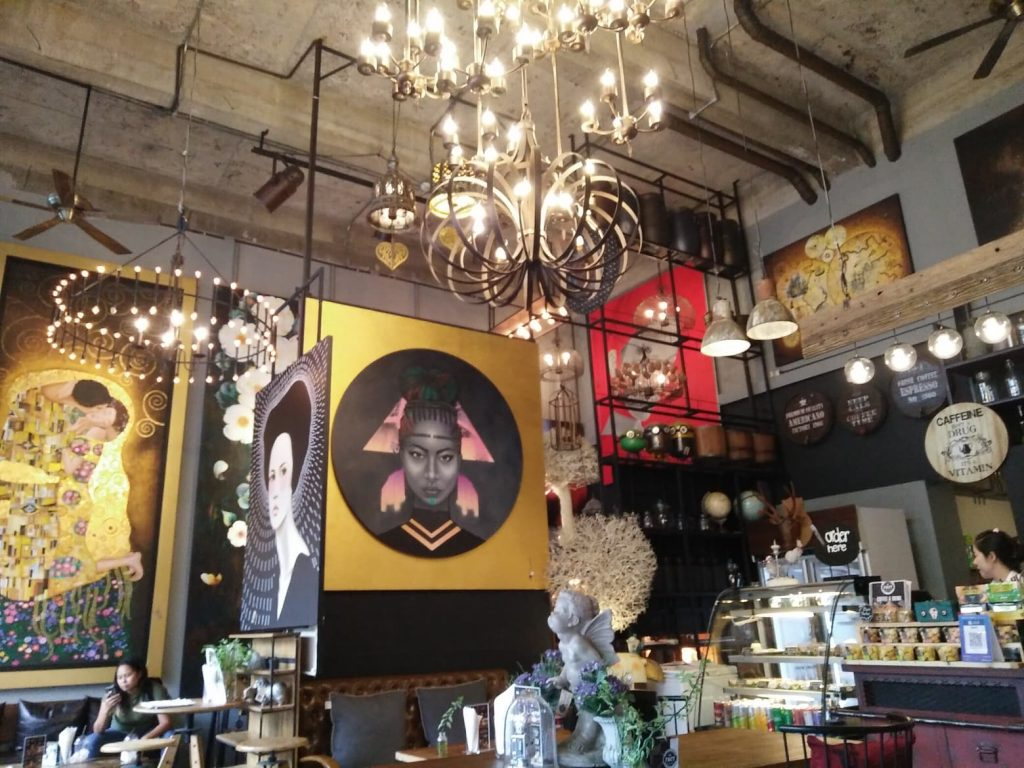un cafe au decor chic
